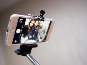 uchyceni-do-selfie-tyce